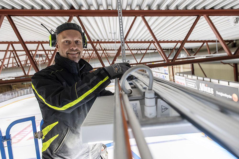 Elektriker från Kennmarks Elfix AB som jobbar i Vimmerby ishall